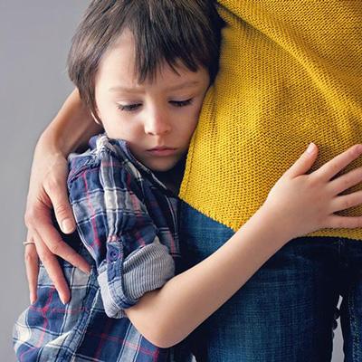چرا کودکم خجالتی است؟ + 20 روش درمان خجالت کودکان