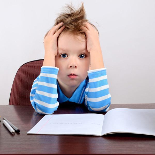 چگونه با تنبلی کودکان در انجام تکالیف درسی برخورد کنیم؟