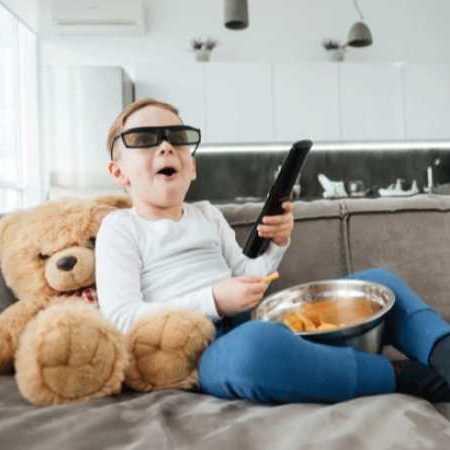 از چه زمانی میتوانیم بچهها را در خانه تنها بگذاریم؟