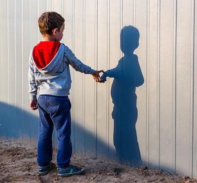 ۸ علامت شایع اوتیسم در کودکان که باید جدی بگیرید!