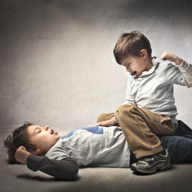هنگام دعوای بچه ها چه واکنشی باید نشان دهیم؟
