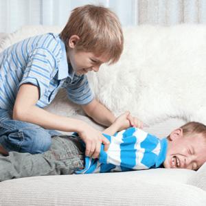 با کودکی که دیگران را میزند چطور رفتار کنیم؟