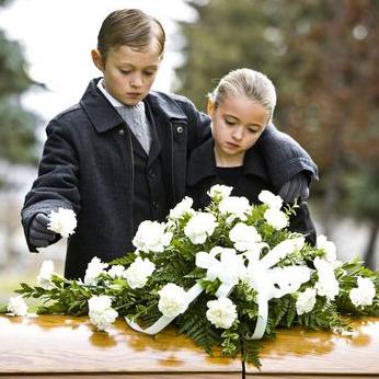 چگونه با کودک داغدیده رفتار کنیم؟ + علائم سوگ در کودکان