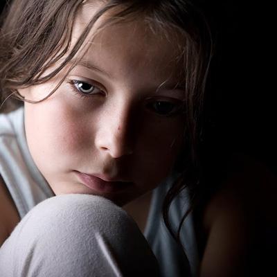 15 رفتار کودک که نشاندهنده افسردگی است + درمان