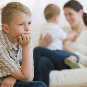 چگونه حسادت کودک بزرگتر به کوچکتر را کنترل کنیم؟