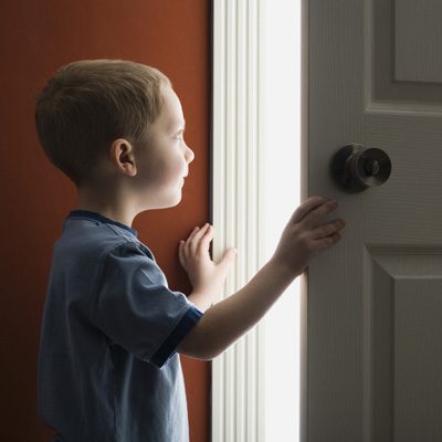 از چه سنی می توان کودک را در خانه تنها گذاشت؟
